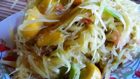 Making green papaya salad
