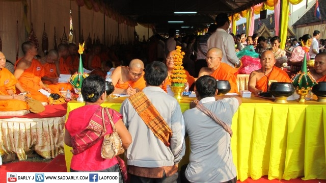 Almsgiving Boun That Luang