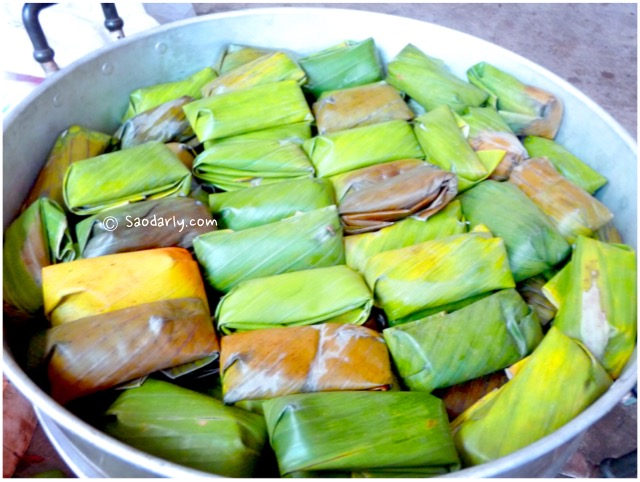 sticky rice wrapped in banana leaf